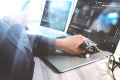 Рука доктора медицины работая с современными цифровыми таблеткой и lapt Стоковое Фото