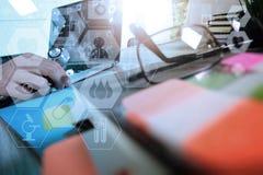 Рука доктора медицины работая с современными цифровыми таблеткой и lapt Стоковые Фотографии RF
