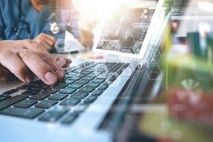Рука доктора медицины работая с современным компьютером и цифровым pr Стоковые Изображения RF