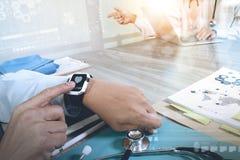 Рука доктора медицины работая с современным умным вахтой и цифровая Стоковое Изображение RF