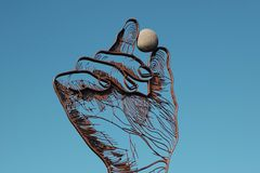 Рука дома искусства в небе стоковые изображения rf