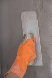 Рука лопаткы пользы работника штукатуря бетон на стене Стоковое Фото