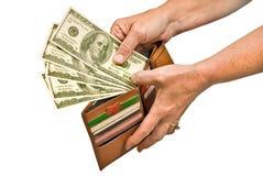Рука оплачивая с наличными деньгами от бумажника Стоковая Фотография RF