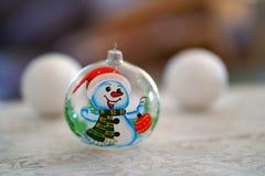 Рука орнамента рождественской елки снеговика покрасила стоковое фото
