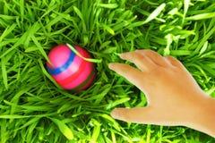 Рука достигая для пасхального яйца Стоковое фото RF