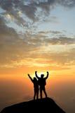 Рука достижений силуэта успешная вверх по парам на пике h стоковые фото