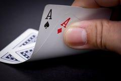 Рука открытая увидеть пары тузов покера Стоковая Фотография