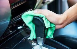 Рука очищая интерьер автомобиля Стоковые Изображения RF