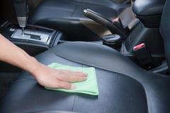Рука очищая интерьер автомобиля Стоковая Фотография RF