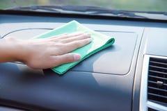 Рука очищая интерьер автомобиля Стоковые Изображения