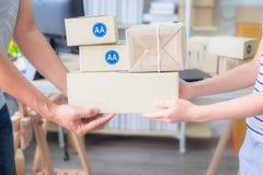 Рука, пары владельца, начинает вверх мелкий бизнес Упакованный продукт в коробках, подготавливает для доставки стоковое фото rf