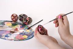 Рука пасхи крася украинские пасхальные яйца Стоковые Изображения