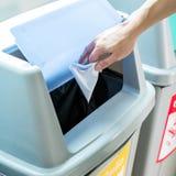 Рука падая скомканная бумага Стоковая Фотография RF