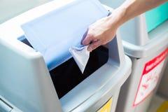 Рука падая скомканная бумага стоковое фото rf