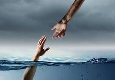 Рука персоны тонуть в воде стоковое изображение
