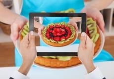 Рука персоны фотографируя пирог плодоовощ Стоковые Фотографии RF
