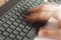 Рука печатая быстро на компьютере Стоковое фото RF