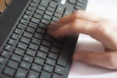 Рука печатая быстро на компьютере Стоковые Фото