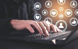 Рука печатая на клавиатуре ноутбука Социальная концепция средств массовой информации стоковое изображение