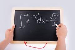 Рука писать математическую проблему на борту Стоковое Фото