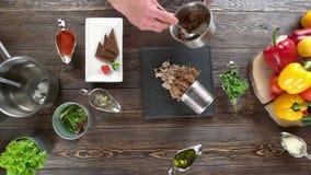 Рука подготавливая еду, кухонный стол акции видеоматериалы