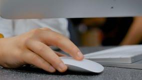 Рука подростка с белой мышью видеоматериал