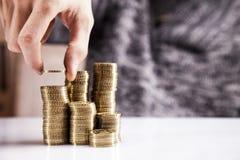 Рука подсчитывая деньги! Съемки студии Стоковые Фотографии RF