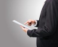 Рука позиции бизнесмена стоящая держа пустую таблетку Стоковое Изображение