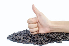 Рука показывает большие пальцы руки вверх и кофейные зерна стоковое фото rf