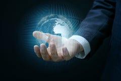 Рука показывает глобальную вычислительную сеть Стоковое Фото