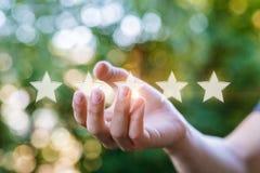 Рука показывает звезды на запачканной предпосылке Стоковые Фотографии RF