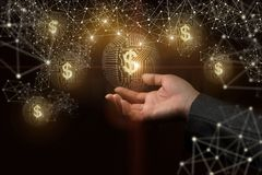 Рука показывая деньги в сети стоковые изображения