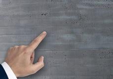 Рука показывая концепцию на шаблоне космоса экземпляра стоковые фото