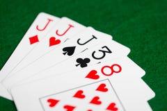 Рука покера играя карточек на зеленой ткани казино Стоковое фото RF