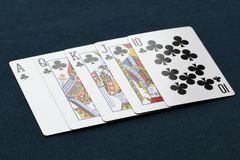 Рука покера королевского притока клубов на темной предпосылке Стоковая Фотография RF