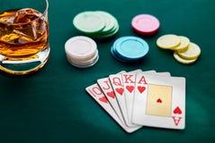 Рука покера королевского притока, обломоков и стекла вискиа стоковое фото rf