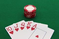 Рука покера с обломоком казино на зеленой таблице Стоковая Фотография