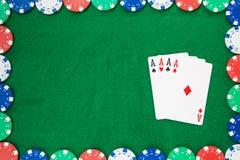 Рука покера, 4 тузов и обломоков на чувствуемой зеленой предпосылке Космос взгляд сверху и экземпляра стоковые изображения