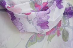 Рука покрасила шарф шелка, близко вверх стоковые изображения