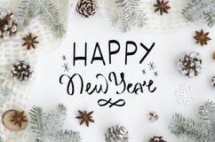 Рука помечая буквами Новый Год поздравительной открытки счастливый на белой предпосылке приветствие рождества карточки Дерево укр стоковая фотография