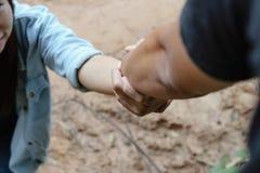 Рука помощи протягиванная к женщине Стоковые Изображения RF
