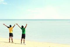 2 рука поднятая человек на пляже стоковые фото