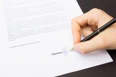 Рука подписывая контракт Стоковая Фотография