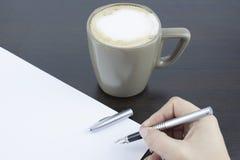 Рука подписывая документ стоковая фотография rf
