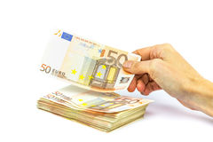 Рука подсчитывая или оплачивая примечания евро Стоковое Фото