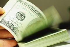 Рука подсчитывая крупный план долларов денег Стоковые Фото