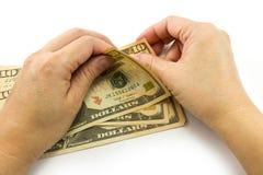Рука подсчитывая долларовые банкноты Стоковое Фото