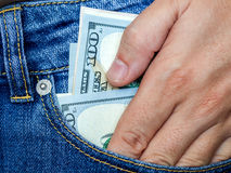Рука получает доллары от карманн Стоковые Изображения RF