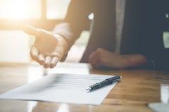 Рука предложения агента недвижимости для contrac согласования знака клиента Стоковые Фотографии RF