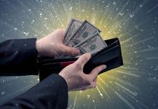 Рука принимает вне серии доллара от бумажника Стоковые Фото